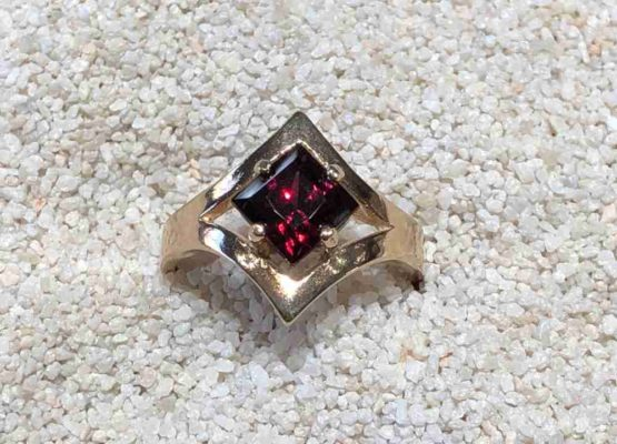 Idaho-Garnet-Gold-Ring