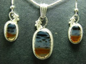 Agates in many different varieties are distributed worldwide but localities of agate beds of major significance number less than a hundred.